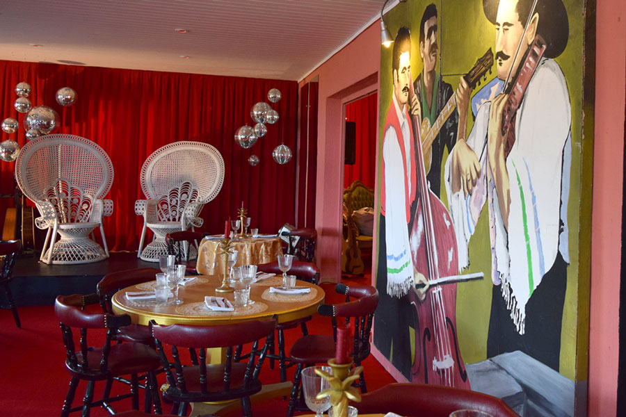 SLUIZ.-Entertainment-Restaurant-Inside